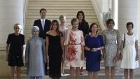 رجل يظهر في صورة  زوجات زعماء الناتو