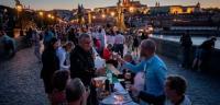 بلد يحتفل بانتهاء كورونا بأضخم عشاء لآلاف المواطنين
