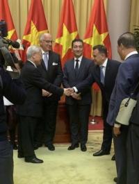 السفير الحمود يقدم أوراق اعتماده للرئيس الفيتنامي