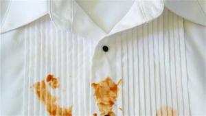 6 حيل لإزالة بقع الزيت من الملابس