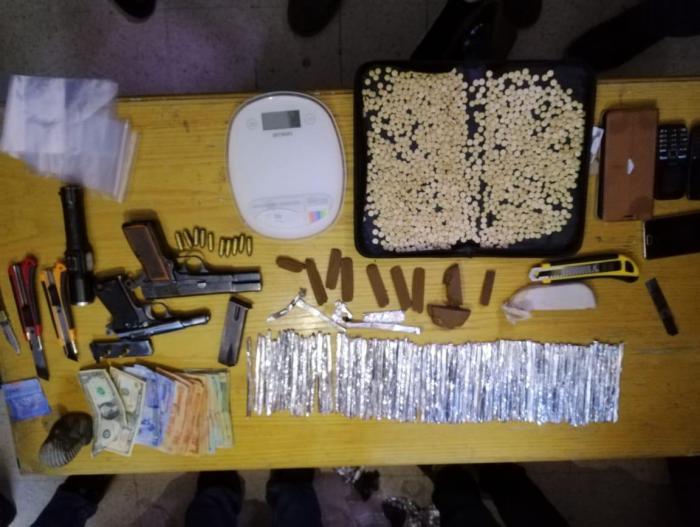 القبض على 7 من مروجي وحائزي المخدرات بعمان - صور