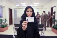 أول سعودية تحصل على رخصة قيادة مركبة (فيديو)
