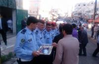 الأمن يوزع حلوى العيد على المواطنين