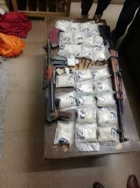 العثور على مخدرات واسلحة في منزل امرأة مقتولة بالبادية
