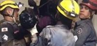 لحظة إنقاذ لص احتجز داخل مدخنة مطعم -فيديو