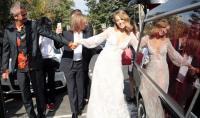 منافسة بوتين تحتفل بزفافها في سيارة دفن الموتى - صور