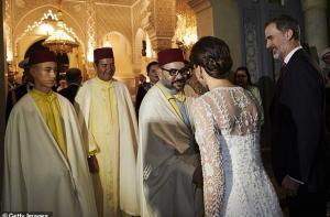 ملك المغرب يفاجئ ملكة إسبانيا عندما شعرت بالبرد -فيديو
