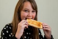 رهاب الطعام ..  طفلة تعيش 10 سنوات على الخبز فقط