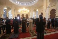 مواطنو غزة يؤدون صلاة الجماعة بالمساجد