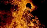الحكم بالسجن على شرطي حرق زوجته