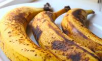 لماذا تظهر البقع الداكنة على الموز؟