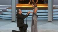 فنان يطلب الزواج من حبيبته بعد فوزه بجائزة