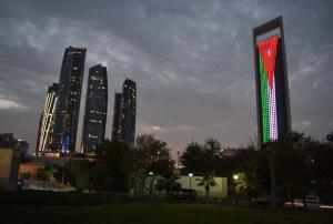 أبوظبي: العلم الأردني يزين أهم المعالم الوطنية بذكرى الاستقلال