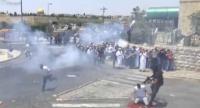 الاحتلال يعتدي على شاب فلسطيني أثناء صلاته بالقدس - الفيديو