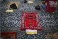 الافتاء: الصلاة بالكمامة جائزة والتباعد بالصلاة لا ينقص الأجر