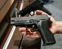 نائب يحمل مسدساً داخل المجلس