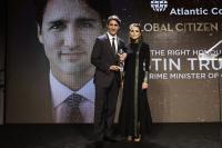 الملكة تسلم رئيس الوزراء الكندي جائزة المواطن العالمي