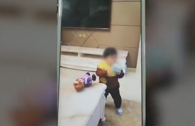 أب يبيع ابنته بسبب لعب القمار - فيديو