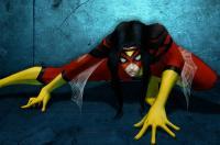 """شاهد ..  """"المرأة العنكبوت"""" تتحدى الجاذبية وتصنع المستحيل"""
