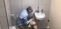 صورة لاعب شطرنج في المرحاض تثير صدمة