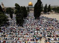 ٢٠٠ ألف فلسطيني يؤدوا صلاة الجمعة بالأقصى