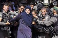 الاعتداء على مرابطات المسجد الأقصى - فيديو