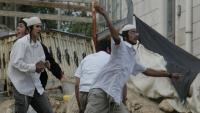 مستوطنون يهاجمون منازل في الخليل - فيديو