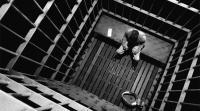 فيديو مروّع: هذا ما فعله سجين بزميله
