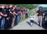 70 ضابط شرطة يرافقون طفلاً إلى المدرسة (فيديو)