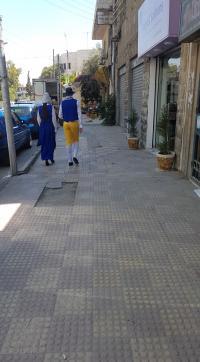 شخصيتان غريبتان تجوبان شوارع عمان