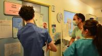 طبيب يعتذر بعد إقتراحه تجربة لقاح كورونا على الأفارقة