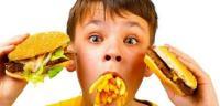 هكذا تقنعون أبناءكم بعدم تناول الوجبات السريعة