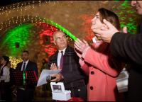 الملكة تشارك أهالي مدينة الفحيص في إضاءة شجرة الميلاد - صور