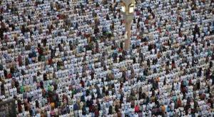 بالصور ..  أكثر من مليون يؤدون صلاة العيد بالمسجد النبوي