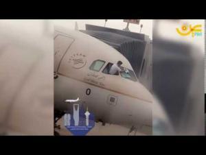 فيديو طريف لكابتن طائرة يمسح الزجاج بقطعة قماش
