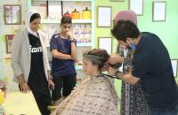 الأميرة لارا الفيصل تتبرع بخصلة من شعرها لأطفال السرطان