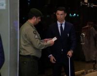 رجل جوازات يدقق على رونالدو