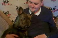 كلب يسطر مثالا في الوفاء بعد وفاة صاحبه