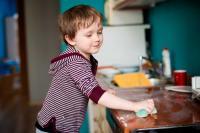 تجبر أبناءها على توقيع عقود مالية بسبب نظافة المنزل