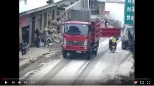 بالفيديو ..  باب شاحنة يصدم وجه سائق دراجة وزوجته!