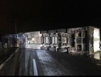 """تدهور """"تريلا"""" يغلق طريق المية والامن يحوّل السير في عمان ..  صور"""