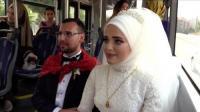 تركيان يحتفلان بزفافهما في حافلة نقل عام