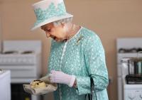 ماذا فعلت الملكة إليزابيث بعد أن وجدت دودة في طعامها؟