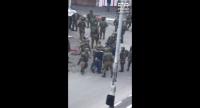 جنود صهاينة يعتدون على فتى فلسطيني اعزل بقسوة - فيديو