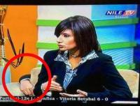 يد ظهرت خلف المذيعة خلال البث المباشر