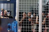 الاحتلال يصعد إجراءاته القمعية بحق الأسرى المضربين