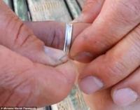 تحرير يد شخص علق في اصبعه خاتم