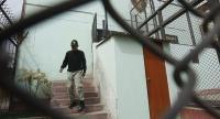 سجناء يحتجزون شرطياً رهينة لتنفيذ مطالبهم - فيديو