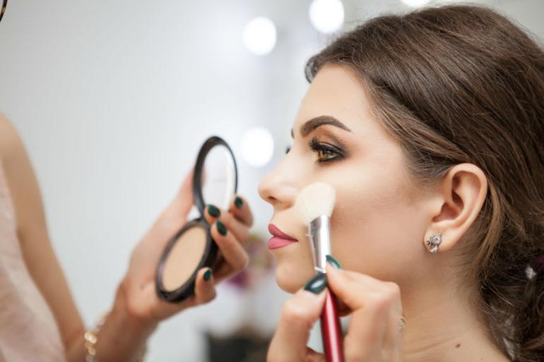 هل تجعل مستحضرات التجميل الفتيات مزيفات؟