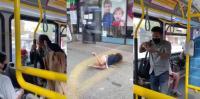 رجل يرمي إمرأة من الحافلة لعدم ارتدائها كمامة - فيديو